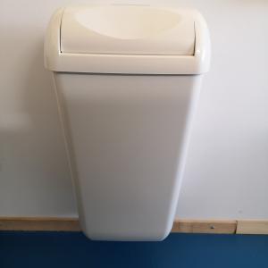 Celtex falra szerelhető billenő fedeles kuka fehér 23 literes